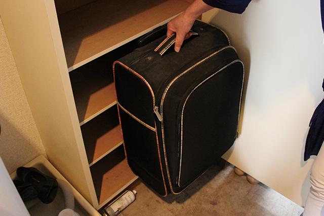 板の位置を調整すれば、下駄箱にスーツケースを収納することができる!