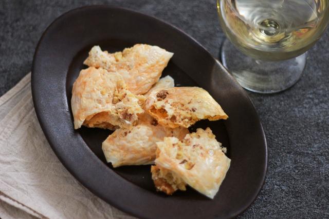 ワインが進む簡単&絶品おつまみレシピ・くるみチーズせんべい:軽い食感とチーズの塩気、くるみの香ばしさで最高のおつまみに!