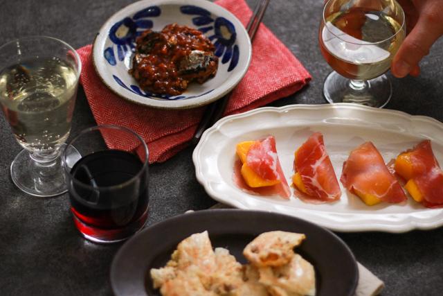 ワインが進む簡単&絶品おつまみレシピ・くるみチーズせんべいさんまのトマト煮込み、生ハムマンゴー、くるみチーズせんべい。ワインと一緒に召し上がれ