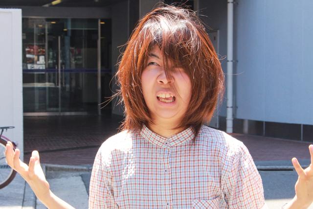 湿気で髪がボサボサなCHINTAI編集部の木村