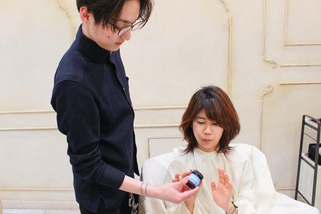ヘアワックスを取り出す表参道「ROI」のカリスマ美容師・関田さん