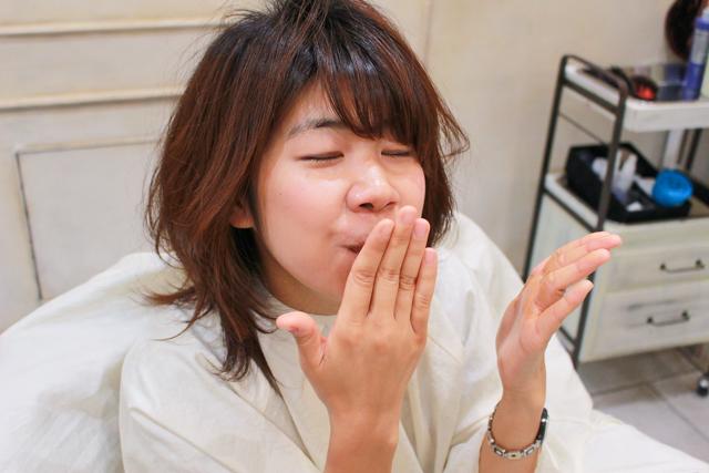 ヘアワックス・PRODUCT(プロダクト)の香りを嗅ぐ木村