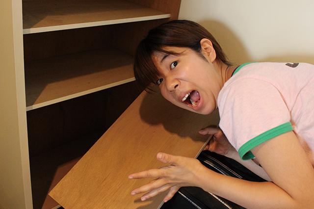 下駄箱の板が外れるということに驚く木村