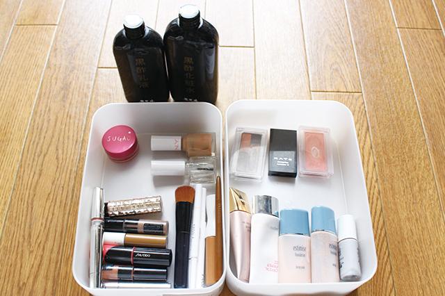 メイク道具と基礎化粧品を分けた様子。メイク道具はサイズや用途を基準に分けると良い