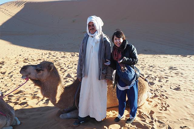 サハラ砂漠で乗ったラクダとガイドさん