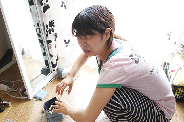 化粧ポーチを探り、何かがないと嘆いているCHINTAI編集部・木村