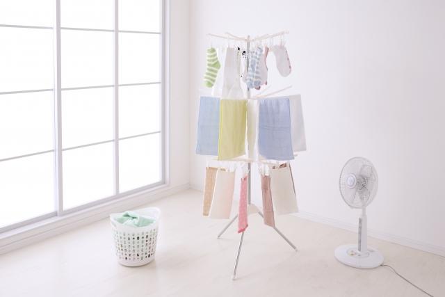 狭いアパートの部屋でも洗濯物は乾かせる? 室内干しでも乾くおすすめテクを紹介