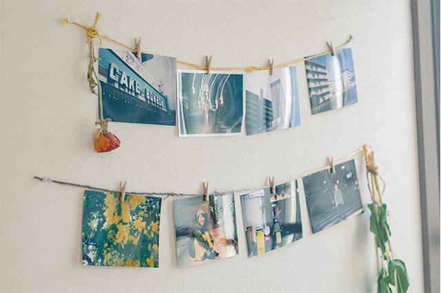 壁に飾られた海外渡航でのスナップ写真