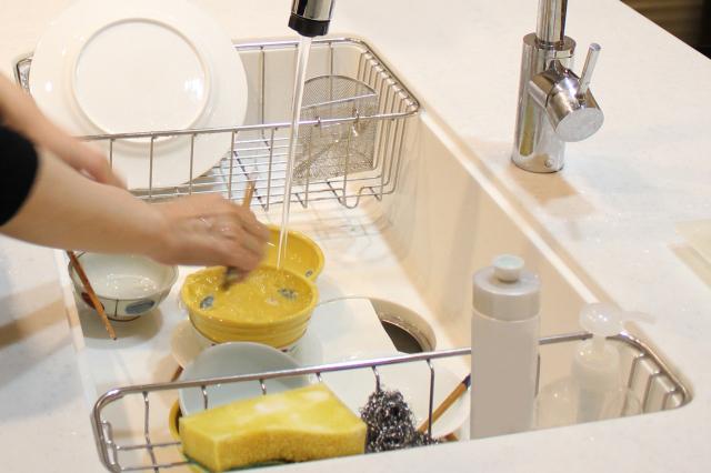 洗い物中の女性