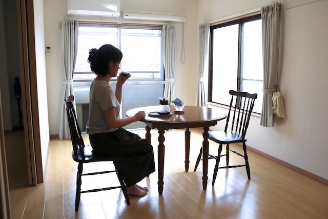 miwaさん宅のリビングダイニングアンティークなテーブルと椅子2脚だけが置かれたシンプルな空間