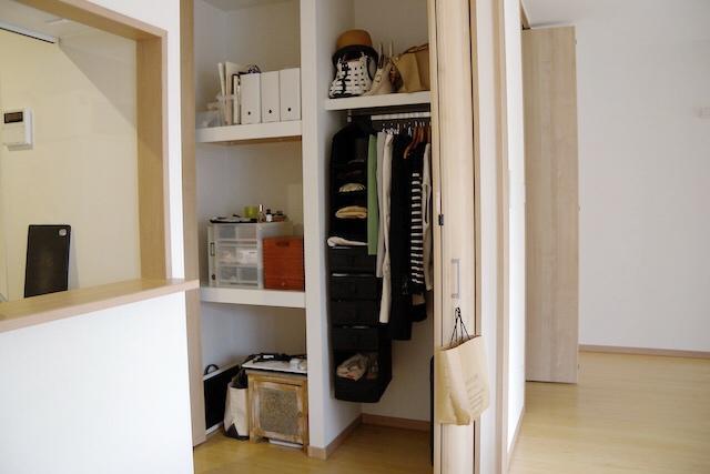miwaさんのクローゼットには必要最低限の衣服や小物、メイク道具、ノートパソコンなどが入っている