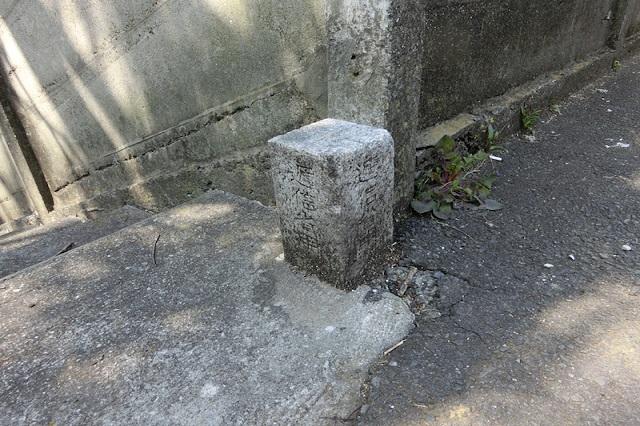 石の境界標<