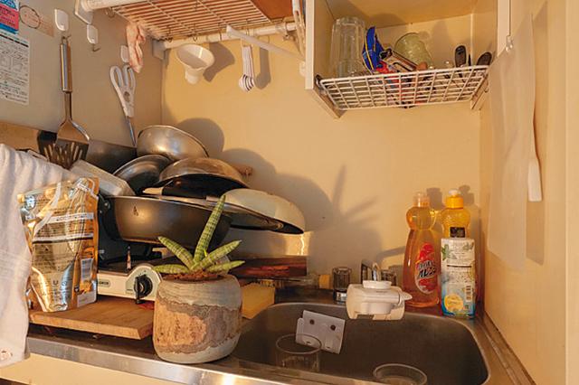 食器類や物が雑多に置かれたキッチン。日々、カフェで料理をする分、家ではほとんど料理はしないそうだ