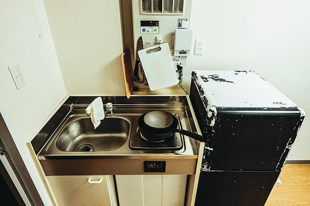 1口コンロのキッチン。冷蔵庫はやや大きめ