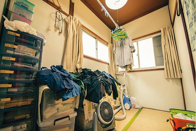 3帖の和室は衣類や、日頃使用する備品類が置いてある。洗濯物もここのスペースで干しているそうだ
