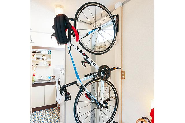 玄関に立てかけたれたロードバイク