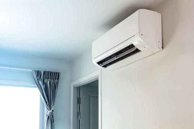 部屋にあるシンプルなエアコン