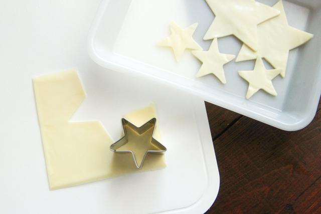七夕レシピ「天の川そうめん」の作り方:星型の抜き型でスライスチーズを大小のサイズに切り抜く