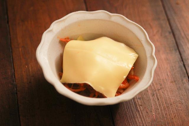 器にとろけるチーズをのせる