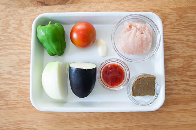 電子レンジで作るドライカレーの材料は、鶏ひき肉・玉ねぎ・トマト(小)・ピーマン・なす・にんにく・カレールウ・ケチャップ