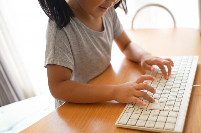 キーボードを触る子供