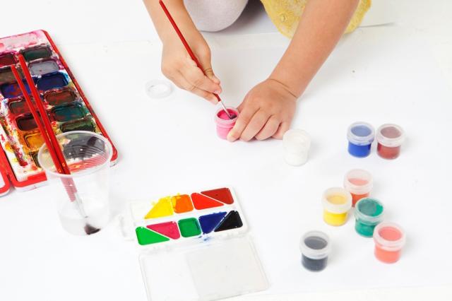 絵の具を持つ子供