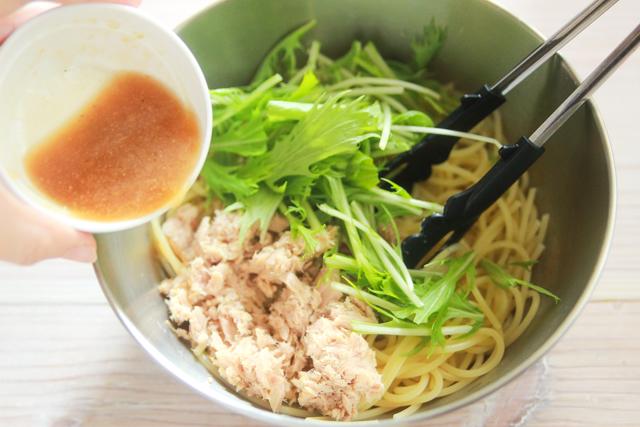 ツナと水菜のパスタに塩レモンパスタソースをかける