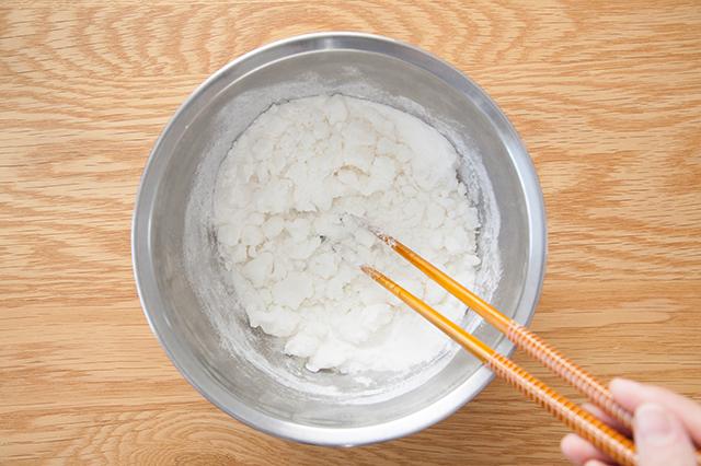 月見団子の作り方:ボウルに上新粉、砂糖、湯を半量入れて、箸で混ぜる