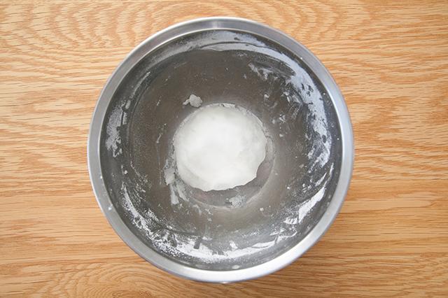 月見団子の作り方:湯を少しずつ加えて、手でこねていき、耳たぶくらいの硬さになったらひとまとめにする