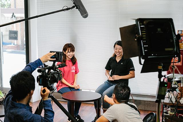 「トライアスロンってなんだろう!?」撮影中のNMB48・磯佳奈江さんの様子