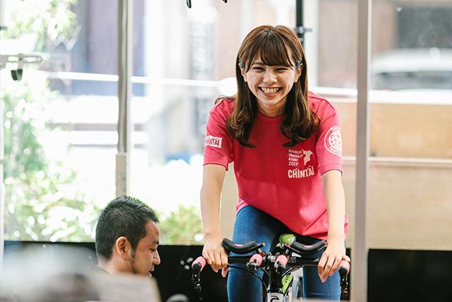 自転車に乗るNMB48・磯佳奈江さんの様子