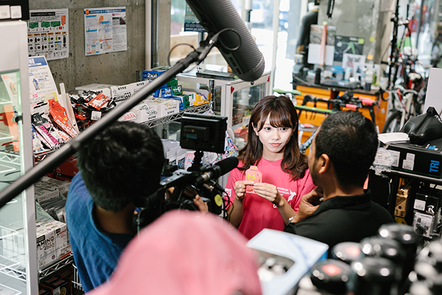 補給食を食べるNMB48・磯佳奈江さんの様子