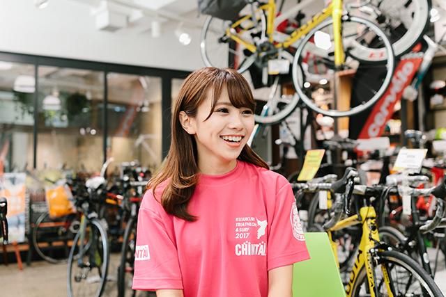 インタビュー中のNMB48・磯佳奈江さん