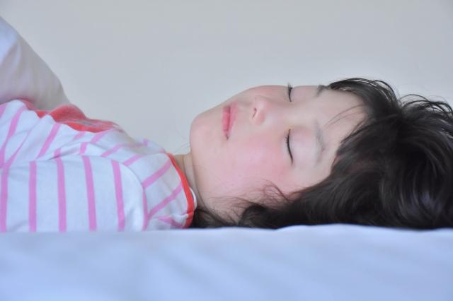 熟睡する女の子