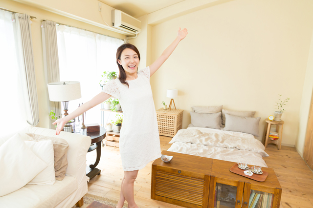 一人暮らしの部屋でリラックスしている女性
