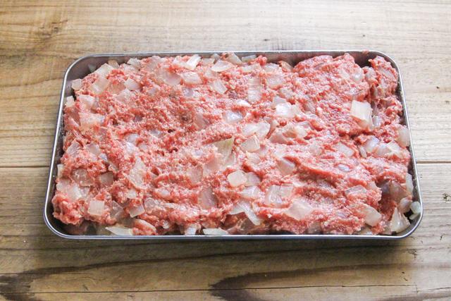 肉ダネをバットや皿に広げる
