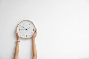 釘を使わず、賃貸物件の壁に時計を掛ける方法は?便利グッズを紹介!