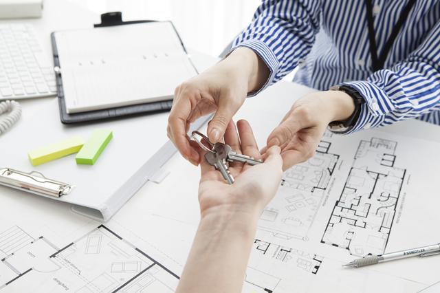新居の鍵を不動産会社から受け取る人