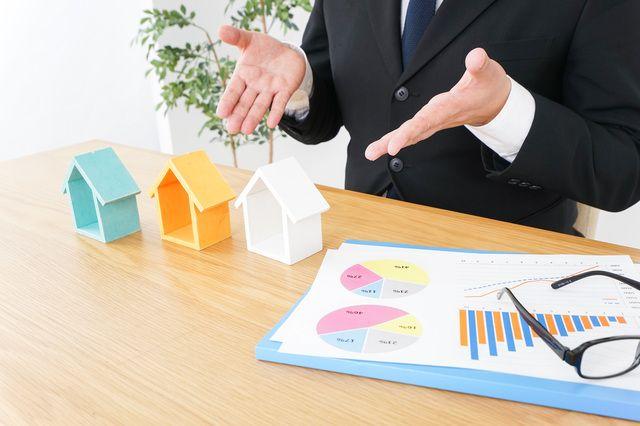賃貸物件について説明する不動産会社の人