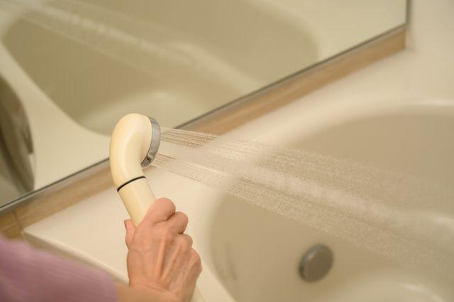 お風呂掃除をする女性の手
