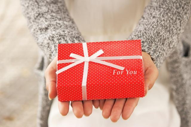 クリスマスプレゼントを渡す