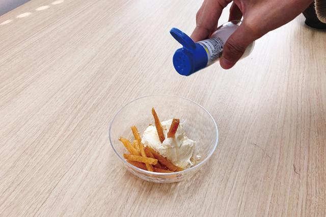 芋けんぴとバニラアイスの上から塩を振る