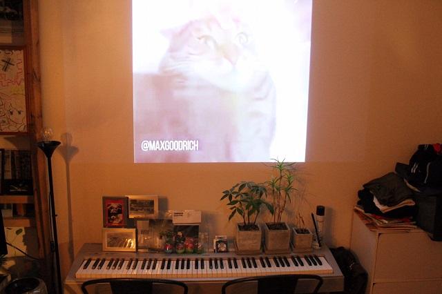 プロジェクターの前に置かれたピアノ