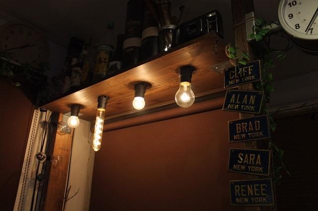 井上さんが自作したシェルフ。4つの形が異なるライトがおしゃれ