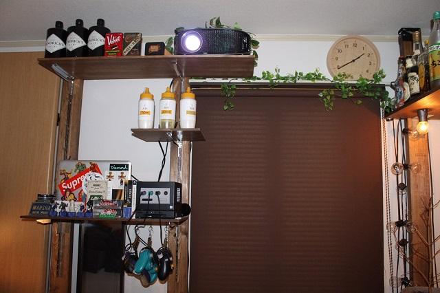 いろいろな物がおしゃれに飾られている棚