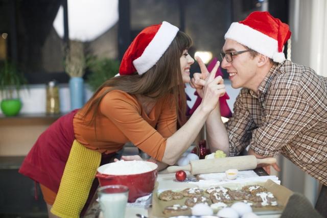 クリスマスにお菓子作りを楽しむカップル