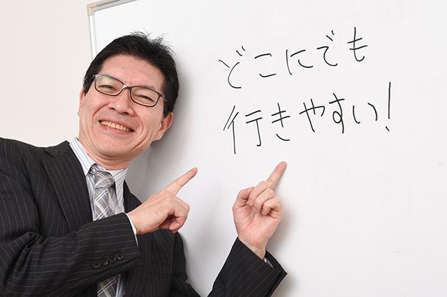 ホワイトボードを指差し、原付の「楽しさ」を説明する吉田さん