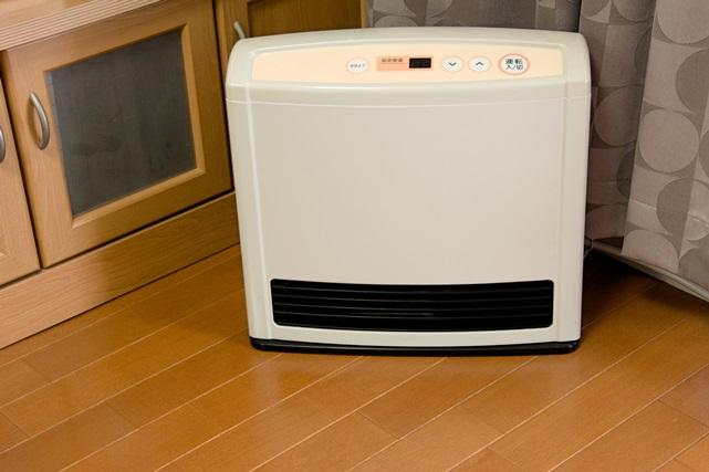 温風を出すヒーターはどうしても床のハウスダストを舞い上げてしまう