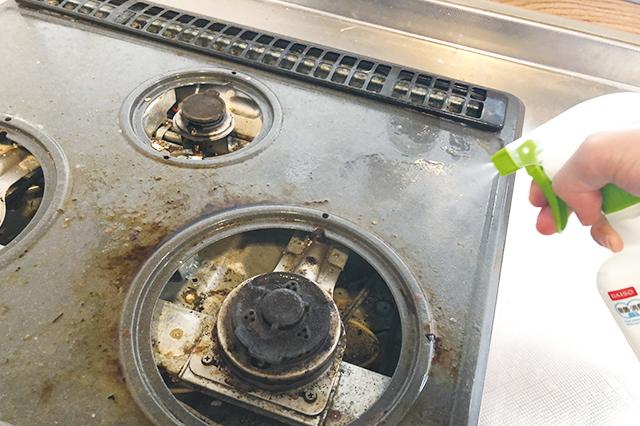 ガスコンロ本体に吹きかけると、さっそく油汚れが浮いてきた