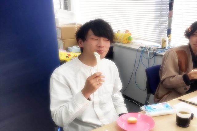 ケーキを食べる鷹野